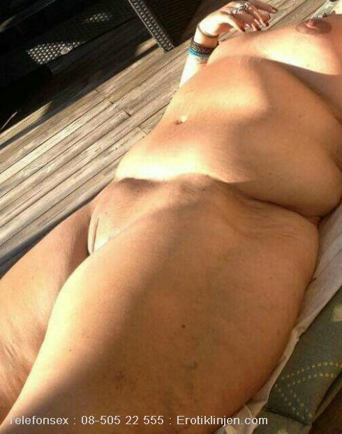 Telefonsex beskrivning: Älskar och sola naken 😘, ligger och väntar på att bli påsatt och knullad i alla hål . kyzz