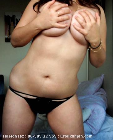 Telefonsex beskrivning: Mina bröst är stora hårda och fasta, vill se dig leka med mina bröstvårtor.