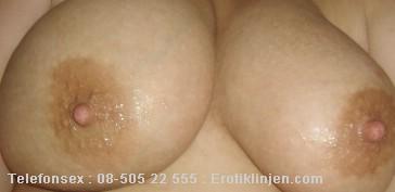 Telefonsex beskrivning: Jag har stora fina bröst. Om du leker med dom blir jag så kåt.